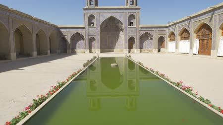 persie : Beautiful courtyard with pool of the Nasir al-Mulk Mosque is a traditional mosque located in Goad-e-Araban place in Shiraz. Dostupné videozáznamy