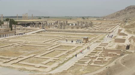 persie : PERSEPOLIS, IRAN - MAY 3, 2015: Tourist sightseeing ruins of old city, a capital of the Achaemenid Empire 550 - 330 BC.