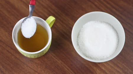 кружка : Man hand pouring sugar into tea cup Стоковые видеозаписи