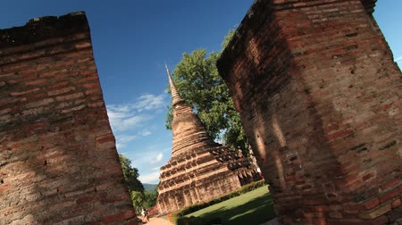 tapınaklar : Sukhothai, Thailand November 17, 2013: View to the old temples at Wat Mahathat temple in Sukhothai, Thailand.