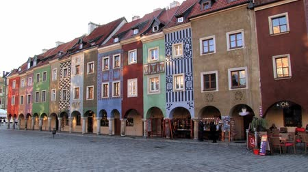 базарная площадь : Poznan, Poland - September 19, 2013: Exterior of the historic buildings at the Old Market square in Poznan, Poland. Стоковые видеозаписи