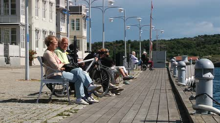 takımadalar : Smogen, Sweden, June 29, 2013 - People relax at the sea side street in the town of Smogen, Sweden.