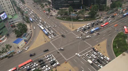 вниз : Seoul, Korea - August 09, 2013: View from above to the traffic at the street of the Gangnam district in Seoul, Korea. Стоковые видеозаписи