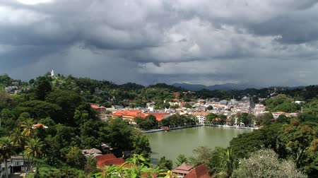 szentelt : View to the historical part of the city with low clouds in Kandy, Sri Lanka.