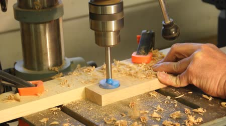wiertarka : drill press drilling flush mount wholes in a cabinet board Wideo