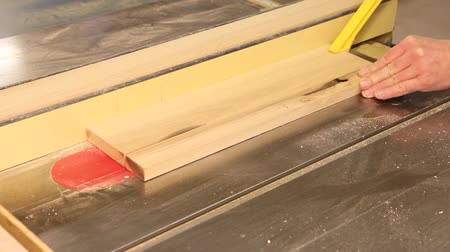 medir : ripping a board on the table saw Stock Footage
