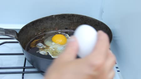 frying eggs on a camp stove Stok Video