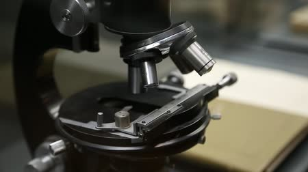 eszköz : Old black microscope in laboratory