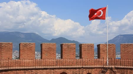 sertlik : Kizil Kule (Red Tower) - main tourist attraction in the Turkish city of Alanya. Building is considered to be the symbol of the city and is even used on the citys flag. The large popular resort center of Alanya lies at the end of a rocky promontory which  Stok Video