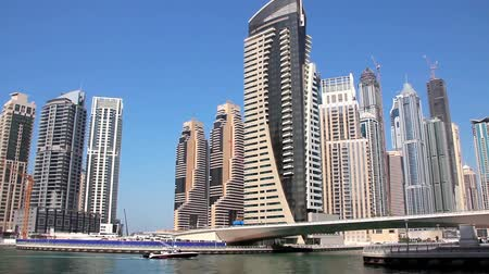 эмираты : Dubai Marina (United arab emirates) - the largest man-made marina in the world. Dubai Marina - is a district in the heart of what has become known as New Dubai. Dubai Marina is a canal city carved along a 3 km stretch of Persian Gulf shoreline. Стоковые видеозаписи