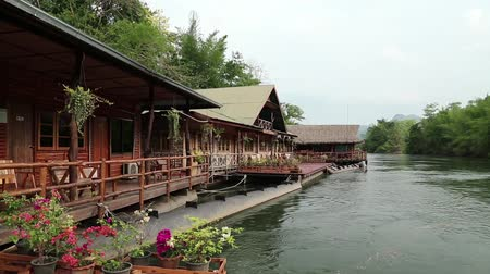 bóia : Houses on the bank of Kwai river in northwestern Thailand