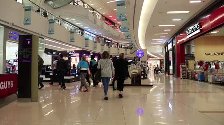 покупатель : UAE, DUBAI, FEBRUARY 1, 2016: People inside Dubai Mall in United Arab Emirates. Dubai Mall is the world largest shopping mall