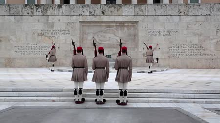 síremlék : GREECE, ATHENS, JUNE 7, 2013: Evzones - Greek national guards in front of the Tomb of the Unknown Soldier near building of Parliament. Changing of the Guard, Athens, Greece, June 7, 2013 Stock mozgókép