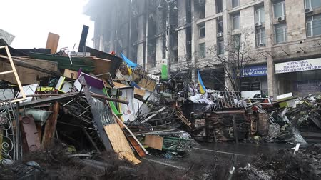 переполох : UKRAINE, KIEV, MARCH 4, 2014: Political crisis. Burnt down building of trade union and barricades on the Khreshchatyk street and Independence square in Kiev, Ukraine, March 4, 2014 Стоковые видеозаписи