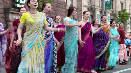 tanítvány : UKRAINE, KIEV, MAY 25, 2013: Women in Hindu traditional colorful costumes dancing and singing Hare Krishna mantra on the main street of Kiev, Ukraine, May 25, 2013 Stock mozgókép