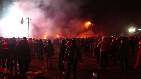 протест : UKRAINE, KIEV, JANUARY 19, 2014: Thousands of anti-government protesters clashed with riot police, burning police buses and attacking with stones, sticks and fires after tough laws were passed.