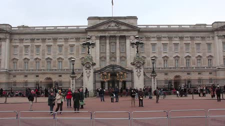 buckingham palace : LONDON, UK, MART 24, 2013: The Buckingham Palace in London is the official residence and principal workplace of the British monarch. Located in the city of Westminster, the palace is a setting for state occasions and royal hospitality Stock Footage