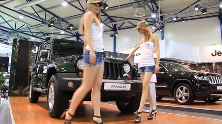 anual : KIEV, UKRAINE, MAY 26, 2011: Jeep Wrangler at the yearly automotive-show SIA 2011. Vídeos
