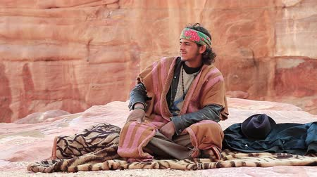 andarilho : JORDAN, PETRA, DECEMBER 5, 2016: Jordanian bedouin in ancient Petra, originally known to Nabateans as Raqmu - historical and archaeological city in Hashemite Kingdom of Jordan