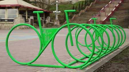sürdürülebilir : Parking of bicycles on the street of city. Cycle parking rack, outdoor parking place for bicycles