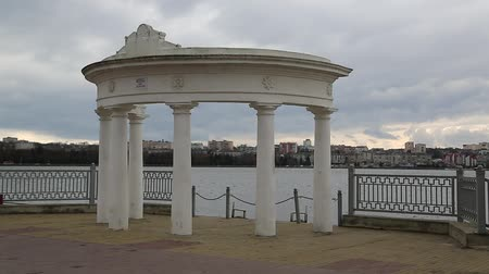 olhando a câmera : White rotunda on embankment of Ternopil lake, Ternopil city, western Ukraine