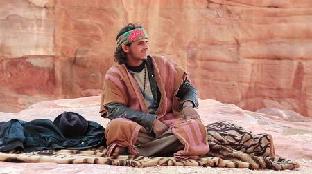 andarilho : JORDAN, PETRA, DECEMBER 5, 2016: Jordanian in Petra, originally known to Nabateans as Raqmu - historical and archaeological city in Jordan