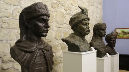 посылка : UKRAINE, ZBARAZH, MARCH 25, 2017: Inside Zbarazh Castle, 1631, busts of, from left to right, Colonel Maxim Kryvonis, Hetman of Ukraine Bohdan Khmelnytsky, Colonel Nestor Morozenko, Colonel Ivan Bogun