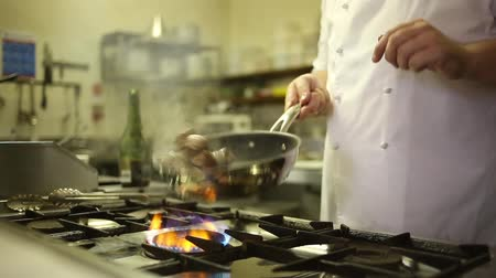 antre : chef cooking in a restaurant kitchen Stok Video