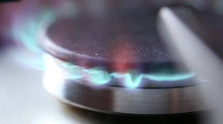 fogão : close up footage of a gas stove burner being turned on and off and adjusted so the flames react to these controlls