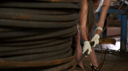 přadeno : Young beautiful girl working in the factory