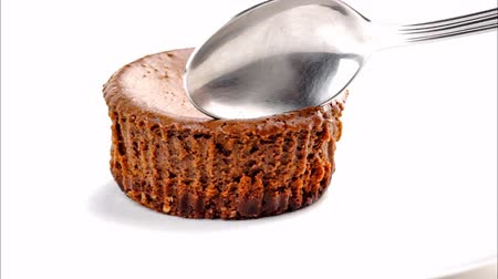 çatallar : Closeup of eating delicious chocolate cheesecake with spoon