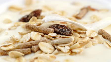 baixo teor de gordura : Smooth low-fat yogurt with granola, oats and muesli rotating in slow motion
