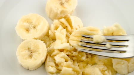 muz : Mashing banana pieces into paste with fork