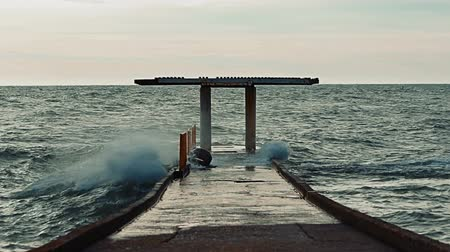 powódź : Video 1920x1080 - Big waves hit the concrete pier and causing water splashes that flood the surface of the pier