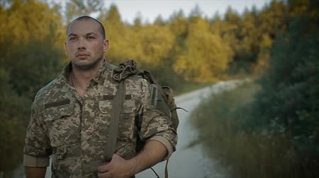 определенный : certain military man walk on the sandy road in camouflage