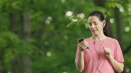 cellphone : Girl Recieve Videocall Stock Footage