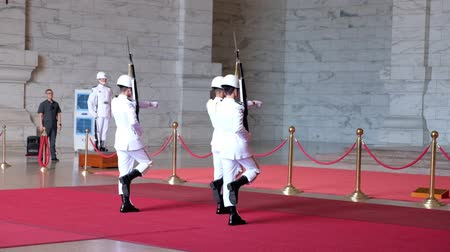 osobní strážce : 4K video, Change of the guard scene in National Chiang Kai-shek Memorial Hall, Taipei, Taiwan. 30th September 2019. Dostupné videozáznamy