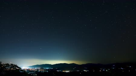 астрология : Night Timelapse, Landscape mountain and city view with many stars.