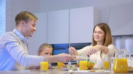 lánya : Eating family in kitchen