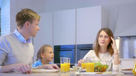 lánya : Families with a child in kitchen