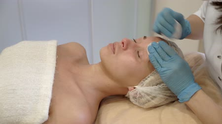 čelo : Young attractive woman on spa procedure Dostupné videozáznamy
