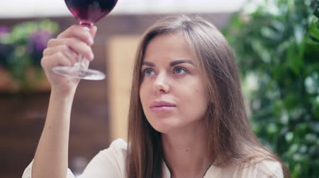 kırmızı şarap : Beautiful young girl with a glass of wine