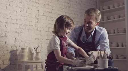 část těla : Dad with a child in a potters workshop Dostupné videozáznamy