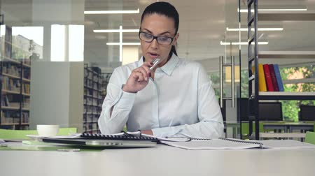szakértő : Business woman with a voice recorder