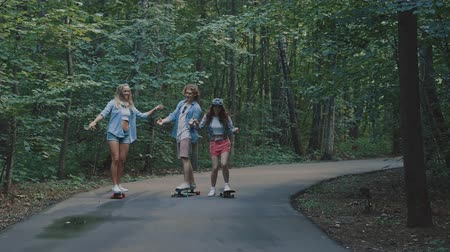 longboard : Young people skateboarding in the park Stock Footage
