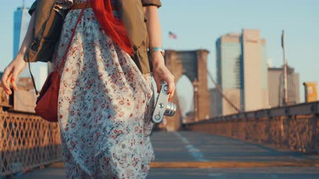 Бруклин : Young girl with a retro camera on the Brooklyn Bridge