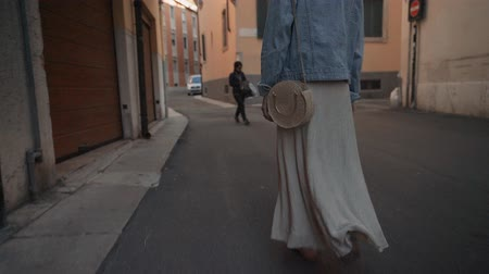 itália : Woman in a long skirt in Italy Vídeos