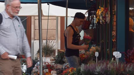 bloemist : Young florist at work outdoors
