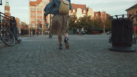 wrocław : Happy traveler in the city Wideo