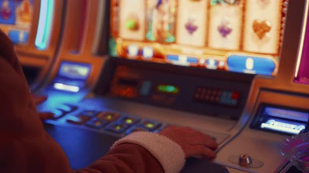 szerencsejáték : Young girl playing at the casino machines in Las Vegas